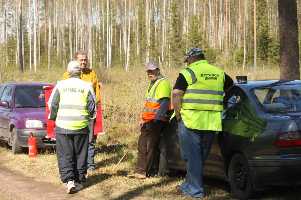 Samassa kuvassa vasemmalta katsastaja P.Kylmälä, tuloslaskentapäällikkö P.Ojanen , järjestyksenvalvoja ja kilpailunlähettäjä