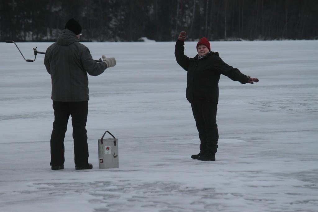 Laura osoittaa kalastusreviirinsä rajat Jarnolle :)