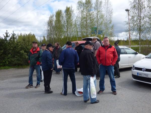 Toimitsijaporukka eväidenjaolla ennen lähtöä pätkälle :)